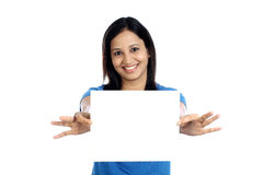 Z podnieceniem młoda kobieta z pustą biel kartą Obraz Stock