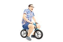 Z podnieceniem młoda męska jazda mały bicykl Zdjęcie Stock