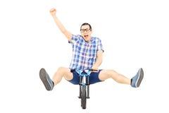 Z podnieceniem młoda męska jazda mali rowerowi i gestykulują happines Fotografia Royalty Free