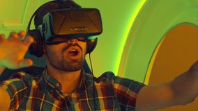 Z podnieceniem młody człowiek cieszy się rzeczywistości wirtualnej przyciąganie Obrazy Royalty Free