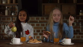 Z podnieceniem małe dziewczynki relaksuje wpólnie w kuchni zbiory