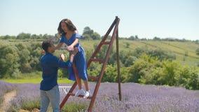Z podnieceniem mieszana biegowa para cieszy się czas wolnego w naturze zbiory wideo