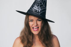 Z podnieceniem młoda kobieta w Halloweenowym czarownica kapeluszu Zdjęcie Royalty Free