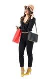 Z podnieceniem modna zakupy kobieta jest ubranym papierową torbę patrzeje daleko od Zdjęcie Stock