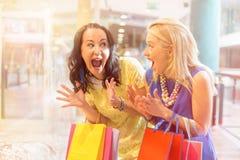 Z podnieceniem najlepsi przyjaciele robi zakupy wpólnie zdjęcie stock