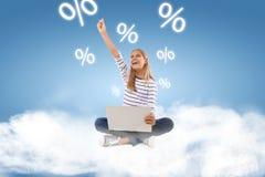 z podnieceniem nastoletnia dziewczyna z laptop odświętności sukcesem z ręką podnoszącą obraz stock