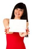 Z podnieceniem piękna młoda kobieta pokazuje pustego papier odizolowywającego Zdjęcie Royalty Free