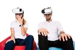 Z podnieceniem potomstwa dobierają się doświadczać rzeczywistość wirtualną sadzającą na beanbags odizolowywających na białym tle fotografia stock