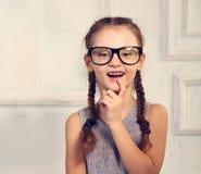 Z podnieceniem pozytywna główkowanie dzieciaka dziewczyna w mod szkłach z emoti Obraz Stock