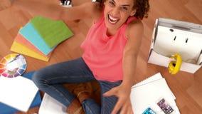 Z podnieceniem przypadkowy bizneswoman gestykuluje sukces zbiory
