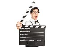 Z podnieceniem reżyser filmowy pozuje za clapperboard Fotografia Royalty Free