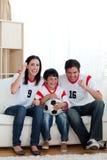 z podnieceniem rodzinny futbolowego dopasowania dopatrywanie zdjęcia royalty free