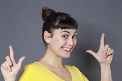 Z podnieceniem 20s kobieta cieszy się LOL znaka dla zabawy i śmiechu Zdjęcie Stock