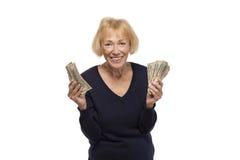 Z podnieceniem starsza kobieta trzyma dolarowych rachunki Zdjęcie Stock