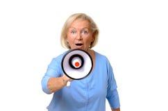 Z podnieceniem starszy kobiety mówienie w megafon Zdjęcia Stock