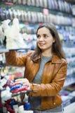 Z podnieceniem uśmiechnięta pozytywna brunetka wybiera pamiątkę dla pamięci Zdjęcie Stock