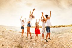 Z podnieceniem wiek dojrzewania skacze zabawę na plaży i ma obraz stock