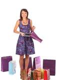 Z podnieceniem zakupy kobieta patrzeje w torbę i dostaje teraźniejszą, Obrazy Stock