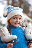 Z postacią śliczna mała dziewczynka łyżwy Zdjęcia Royalty Free