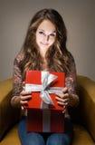Z prezenta czerwonym pudełkiem młody piękno. Zdjęcie Stock