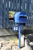 Z pudełka - skrzynka pocztowa w Brisbane Australia Z dziury cięciem w ogrodzeniu dla Retreiving poczta zdjęcia royalty free