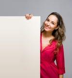 Z pustym sztandarem piękna młoda kobieta. fotografia stock