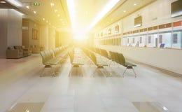 Z pustymi krzesłami szpitalna poczekalnia MEDYCZNY pojęcie obraz royalty free