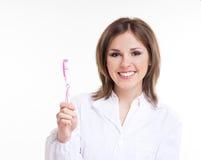 Z różowym toothbrush młody atrakcyjny dentysta zdjęcie stock