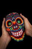 Z rękami z paciorkami czaszka - uśmiechnięta śmierć obraz royalty free