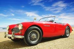 Z retro samochodem malowniczy krajobraz. Obraz Royalty Free