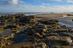 Z rockowymi basenami skalista plaża fotografia stock