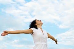 Z rozpostartymi rękami szczęśliwa kobieta Zdjęcie Royalty Free