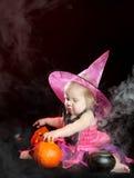 Z rzeźbiącą banią dziecko halloweenowa czarownica obraz stock