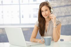 Z słuchawki biurowa dziewczyna obraz stock