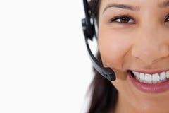 Z słuchawki centrum telefoniczne uśmiechnięty żeński agent Obrazy Stock