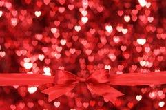 Z serca mnóstwo tłem czerwony łęk. Fotografia Royalty Free