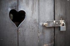 Z sercem drewniany drzwi zdjęcie stock
