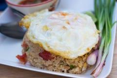 Z smażącym jajkiem smażący ryż Obraz Royalty Free