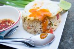 Z smażącym jajkiem smażący ryż Obrazy Royalty Free