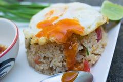 Z smażącym jajkiem smażący ryż Fotografia Royalty Free