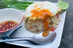 Z smażącym jajkiem smażący ryż Zdjęcia Royalty Free
