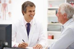 Z starszym pacjentem samiec lekarka zdjęcie royalty free