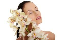 Z storczykowym kwiatem piękna naga kobieta. Zdjęcia Royalty Free