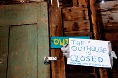 Z szczęścia przy outhouse Obrazy Stock