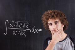 Z target629_0_ blackboard równaniem myśląca chłopiec Obrazy Royalty Free