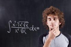 Z target922_0_ blackboard równaniem myśląca chłopiec Obrazy Stock