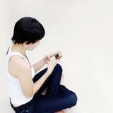 Z telefon komórkowy ładna dziewczyna Zdjęcie Royalty Free