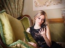 Z telefon komórkowy blond kobieta, blond Zdjęcie Royalty Free