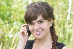 Z telefon komórkowy piękna dziewczyna Zdjęcie Royalty Free