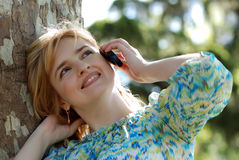 Z Telefon komórkowy piękna kobieta Obrazy Stock